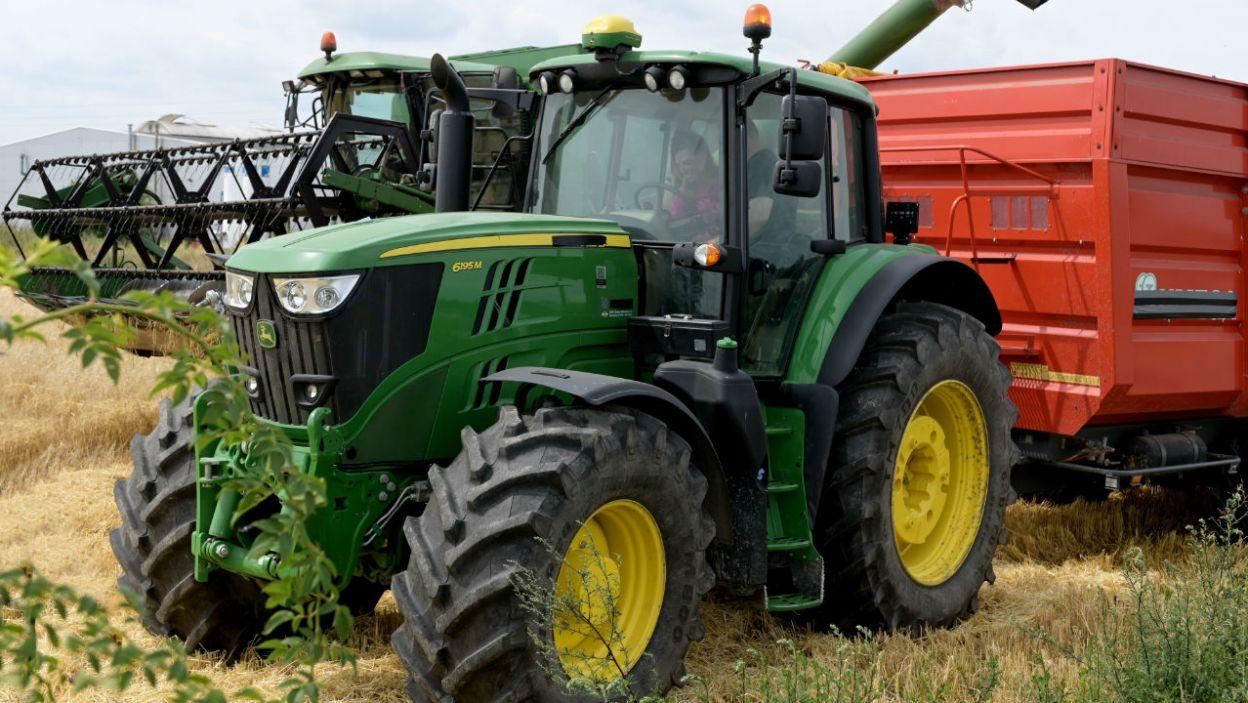 ...jednak i on postanowił zaimponować Ani maszyną rolniczą. Para udała się więc na pole. – Będziemy żniwować!  (fot. P. Matey/ TVP)