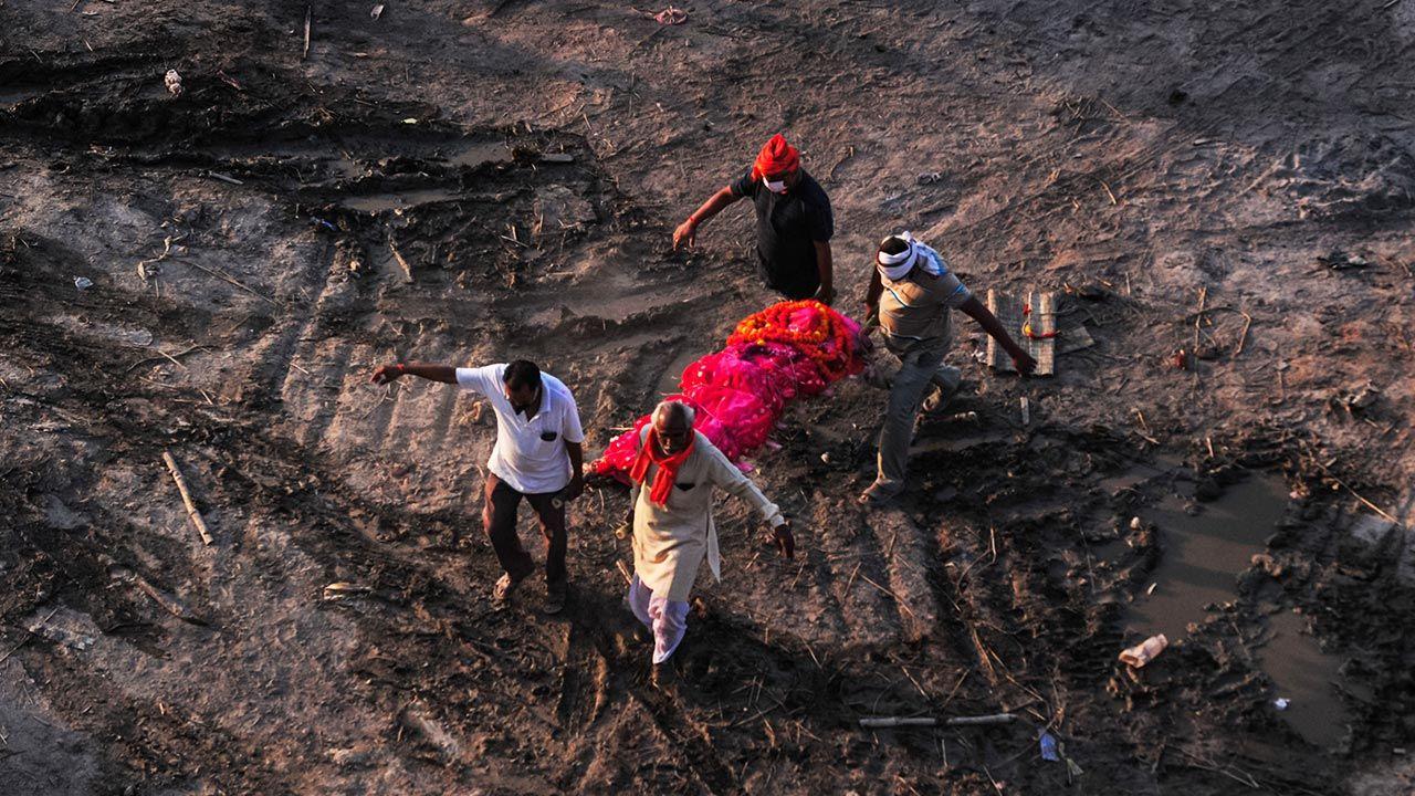 Według urzędników znaleziono minimum 40 ciał (fot.  Ritesh Shukla/Getty Images, zdjęcie ilustracyjne)