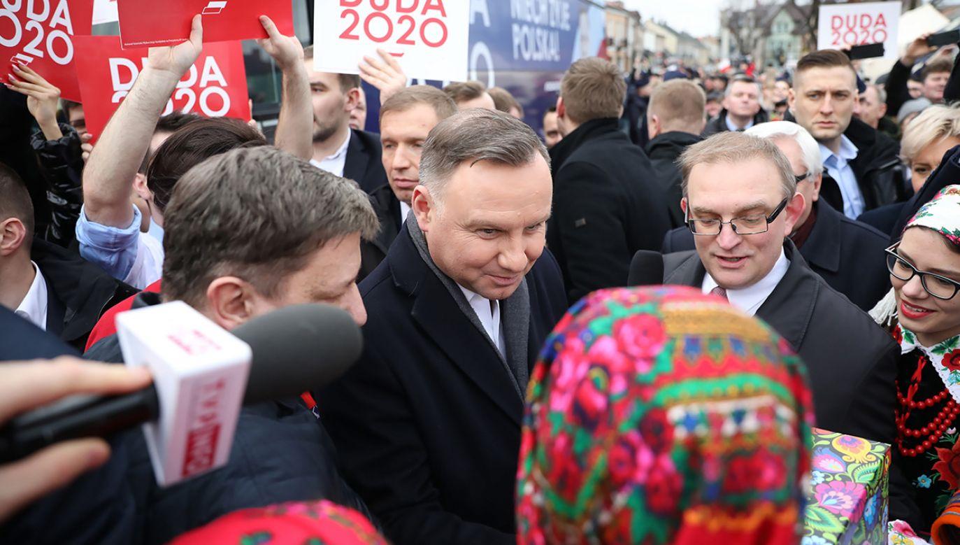 Wystąpienie prezydenta gwizdami próbowała zakłócić grupa jego przeciwników (fot. PAP/Leszek Szymański)