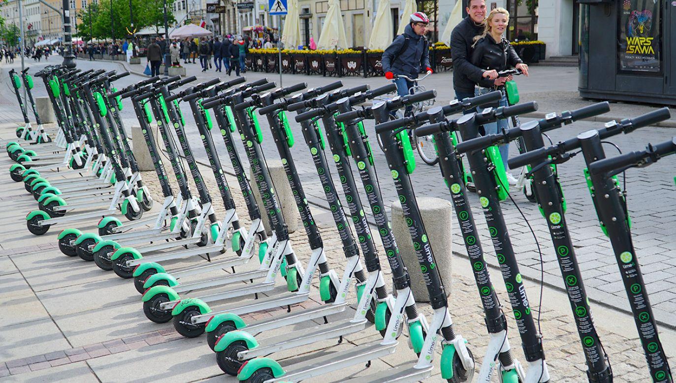 Nowe przepisy przewidują, że hulajnogi elektryczne znikną z chodników (fot. Shutterstock/travellifestyle)