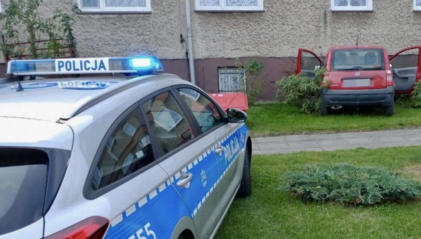 Policjanci razem z ratownikami medycznymi odnaleźli kobietę w jej mieszkaniu (fot. Policja opolska)