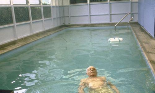 Armand Hammer odpoczywa w basenie w swoim kalifornijskim domu, rok 1982. Fot. John Bryson/The LIFE Images Collection via Getty Images/Getty Images