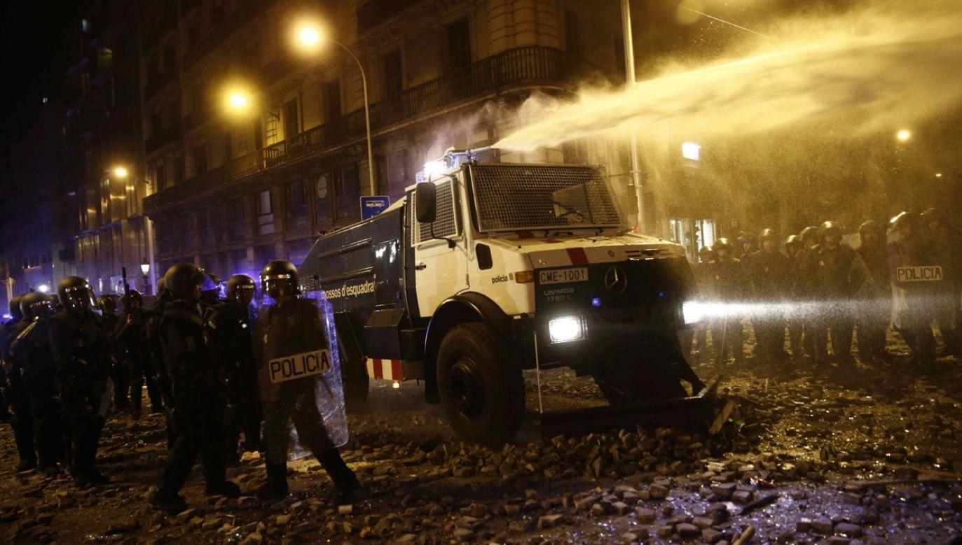 Policja użyła armatek wodnych  przeciw demonstrantom (fot. PAP/EPA/JESUS DIGES)
