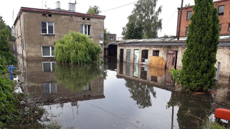 Nawałnica przeszła przez Zgierz. W zalanym budynku zginął ...