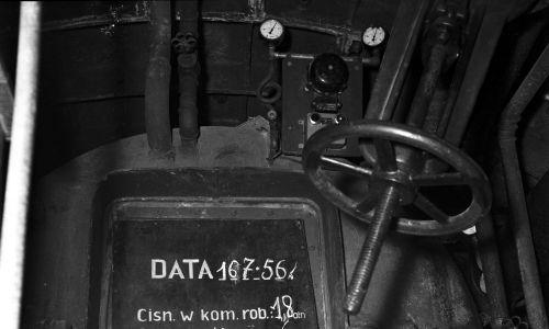 Tablica kontrolno-informacyjna komory śluzowej na terenie budowy metra warszawskiego, 1956 r. Fot. NAC/Archiwum Fotograficzne Zbyszka Siemaszki, sygnatura: 51-220-23