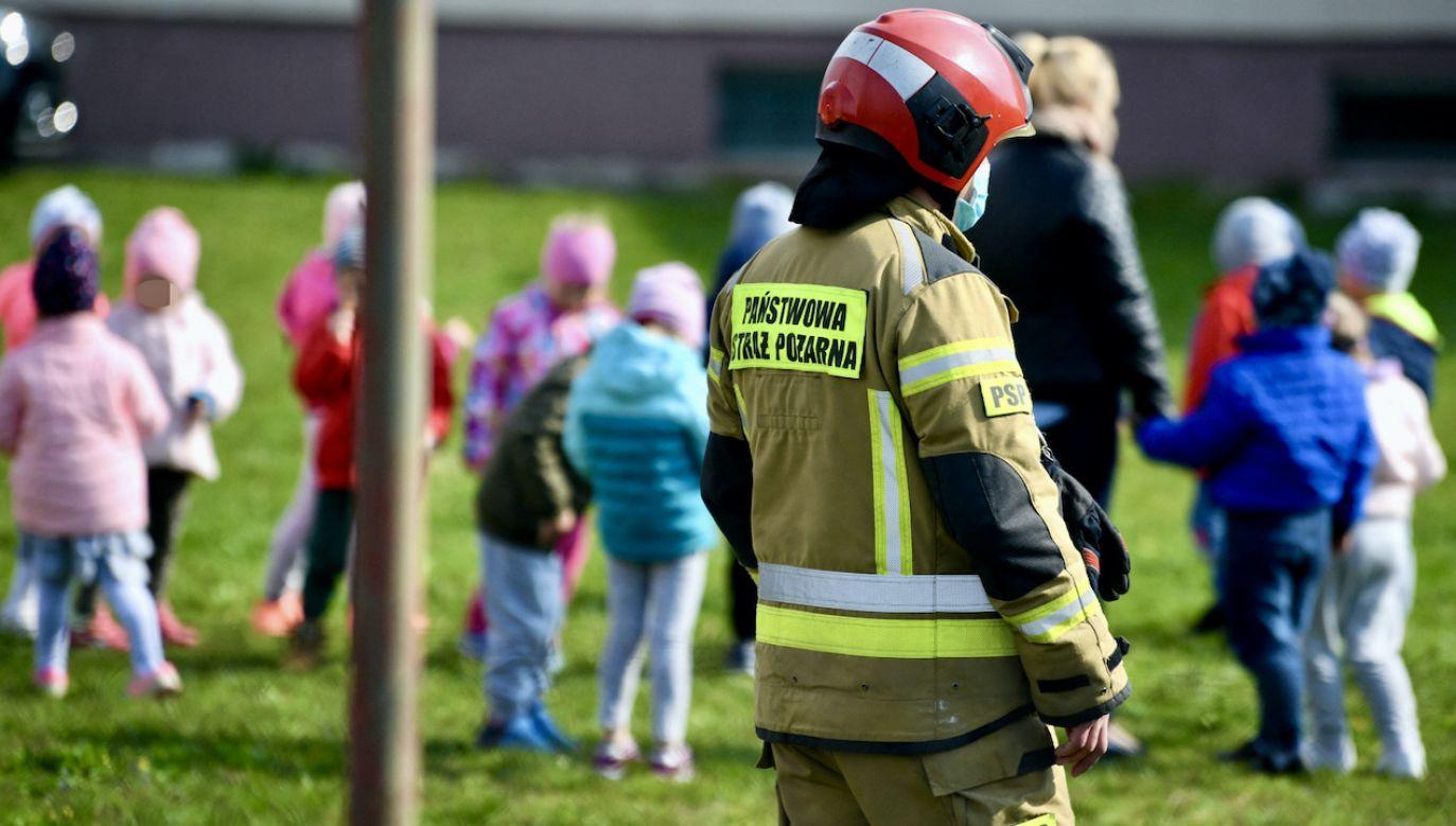 Dwie dziewczynki przewiezione do szpitala po wypadku na placu zabaw (fot. PAP/D.Delmanowicz, zdjęcie ilustracyjne)