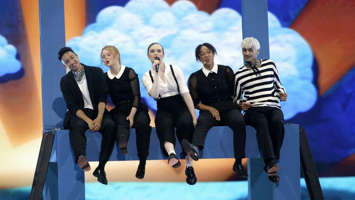 """Z 20-letnią Leonorą z Danii można było sięgnąć chmur. Jej utwór """"Love Is Forever"""" na scenie Eurowizji zabrzmiał w czterech językach. Który kraj przyznał jej najwięcej punktów? (fot. Andres Putting/EBU)"""