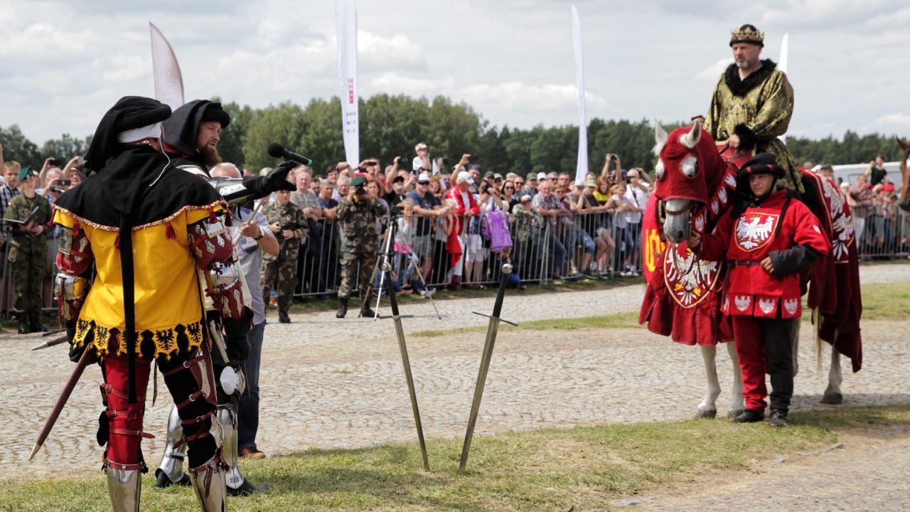 Apel rozpoczęła krótka inscenizacja z udziałem posłów Wielkiego Mistrza oraz króla Władysława Jagiełły (PAP/Tomasz Waszczuk)