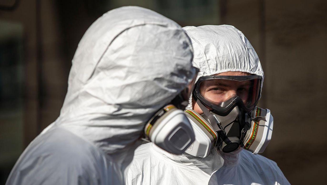 Tuż przed ucieczką z karetki mężczyzna był wieziony do szpitala nie w związku z zakażaniem koronawirusem, ale na zabieg chirurgiczny nogi (fot. Gabriel Kuchta/Getty Images)