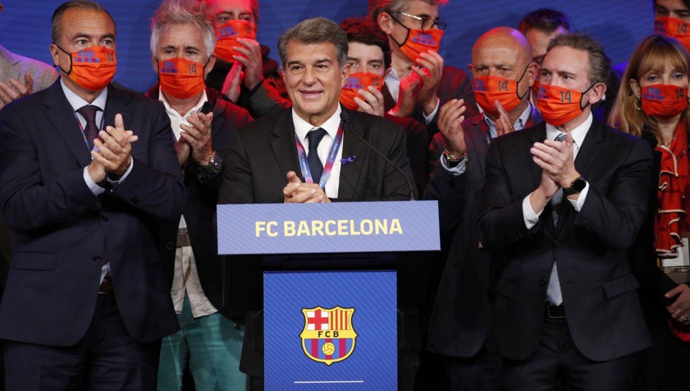 Nowy prezes klubu Joan Laporta świętuje na Camp Nou (fot. REUTERS/Albert Gea)