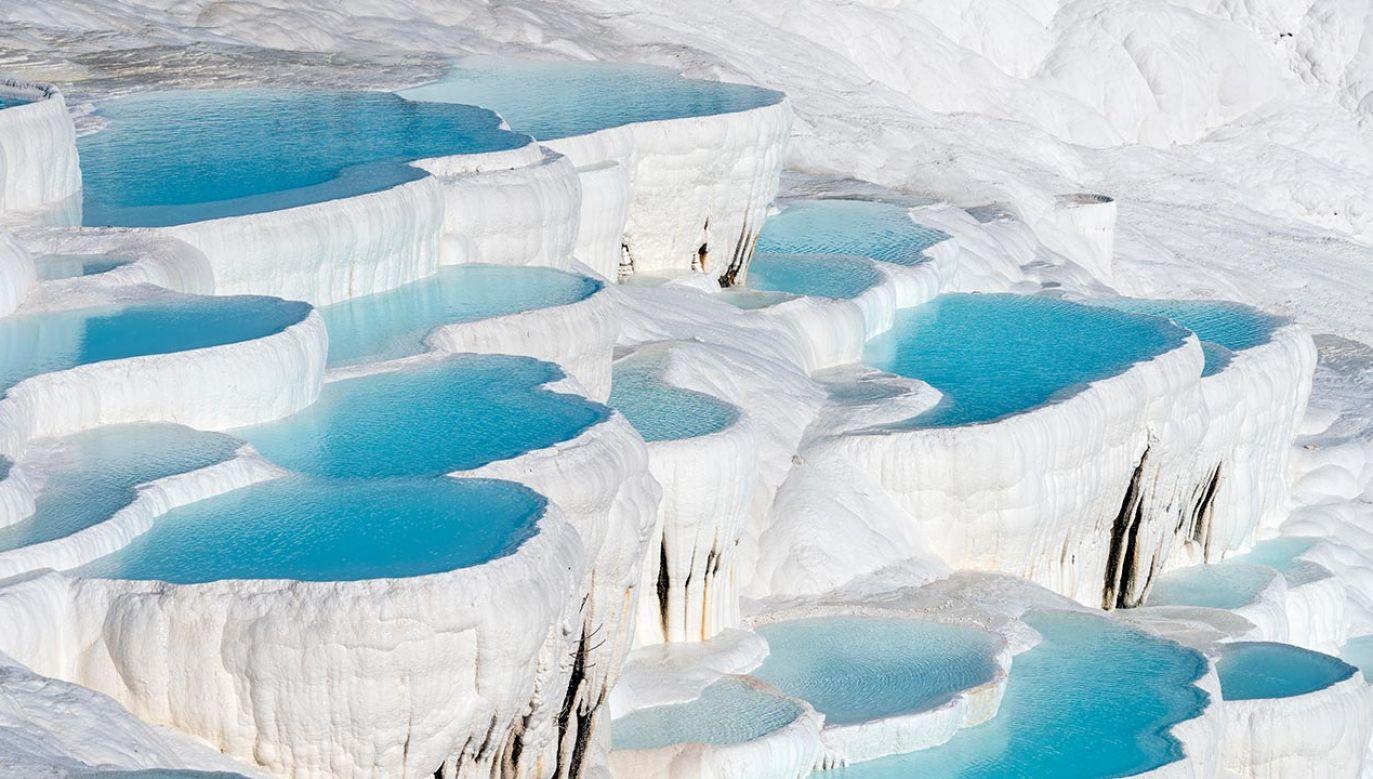 Wapienne tarasy w Pamukkale powstały dzięki 17 gorącym źródłom (fot. Shutterstock/Serkanyalcinkaya)