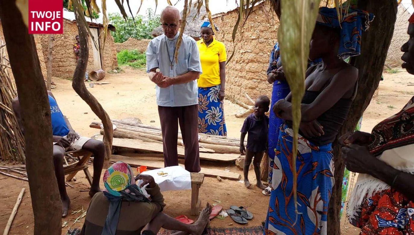 Polski misjonarz odwiedził chorych w wiosce pod Figuil (fot. o. Alojzy Chrószcz)