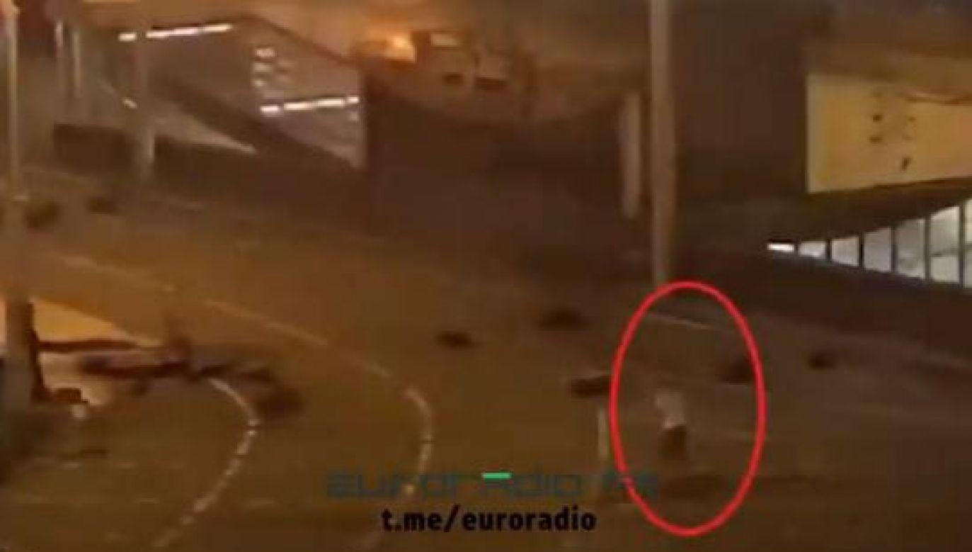 Na nagraniu widać funkcjonariuszy i idącego w ich stronę mężczyznę (fot. Twitter/Nexta)