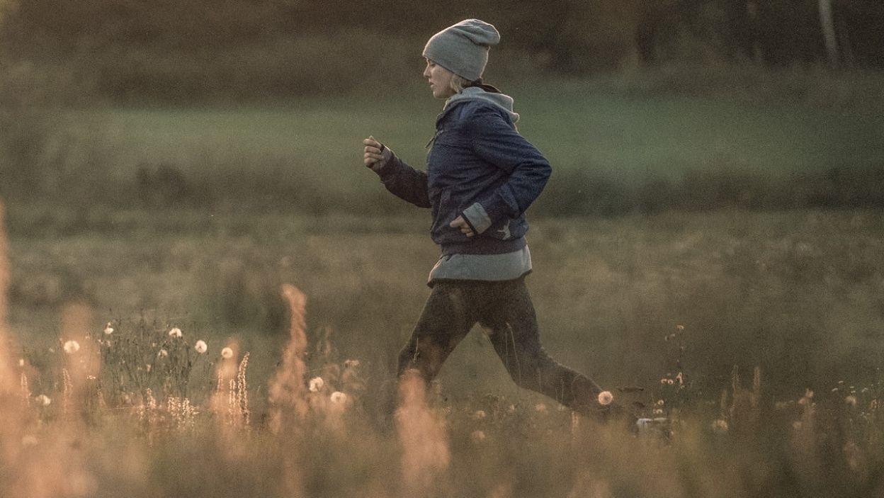Ola trenuje biegi. Ma nadzieję, że gdy odniesie sukces matka o niej usłyszy (fot. TVP)