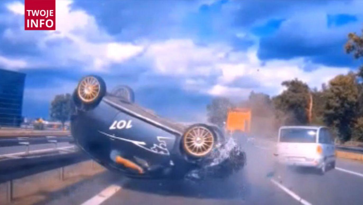 Kierowca z pojazdu obróconego do góry nogami, wyszedł o własnych siłach (fot. Twoje Info)