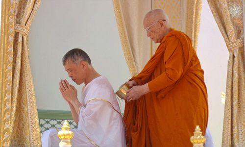 Najpierw jednak Vajiralongkorn został poddany rytualnemu oczyszczeniu. Fot. Public Relations Department, Thailand/Getty Images