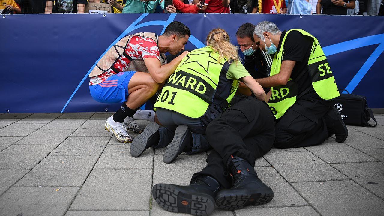 Piłkarz udał się do poszkodowanej kobiety (fot. Matthias Hangst/Getty Images)