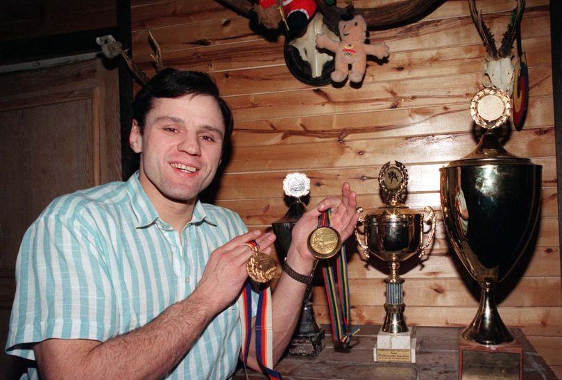 Waldemar Legień prezentuje medale wywalczone w turnieju judo w Seulu (fot. PAP)