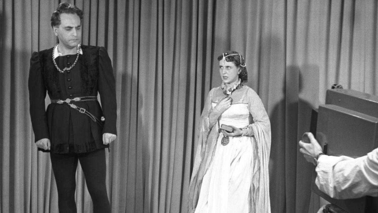 """Sceny z """"Hamleta"""" pokazywano już wtedy, gdy telewizja była eksperymentem. Na zdjęciu: Marian Wyrzykowski i Elżbieta Barszczewska (fot. TVP)"""