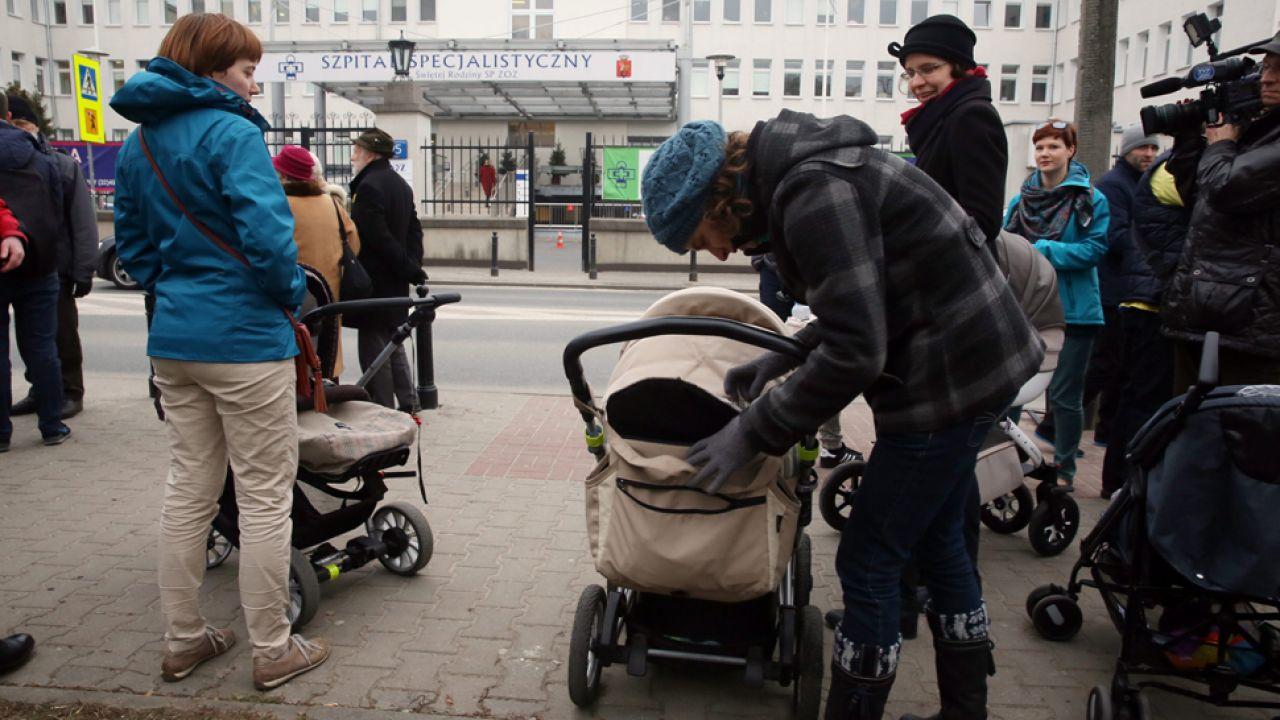 W poniedziałek przed szpitalem odbyła się pikieta obrońców życia (fot. arch. PAP/Tomasz Gzell)
