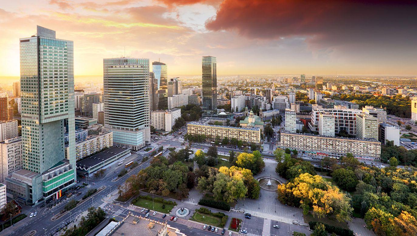 W budżecie miasta Warszawy może zabraknąć nawet 1,2 mld zł (fot. Shutterstock/udmurd)