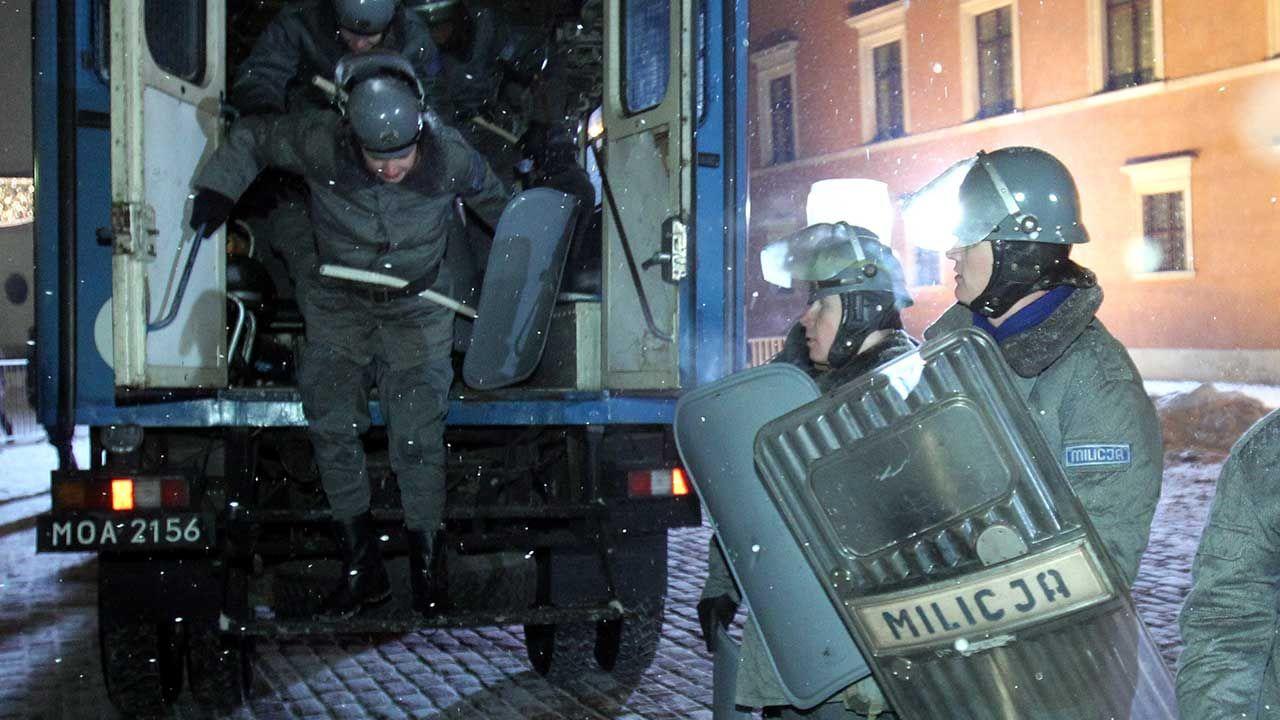 Inscenizacja ulicznej bitwy demonstrantów z ZOMO, zorganizowana przez Fundację Odpowiedzialność Obywatelska, w rocznicę wprowadzenia stanu wojennego (fot. arch. PAP/Radek Pietruszk)