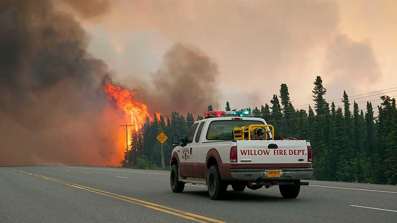 Pożary w Arktyce zwiększają ryzyko topnienia pokrywy wiecznych lodów (fot. REUTERS/Su Borough/Stefan Hinman/Handout)