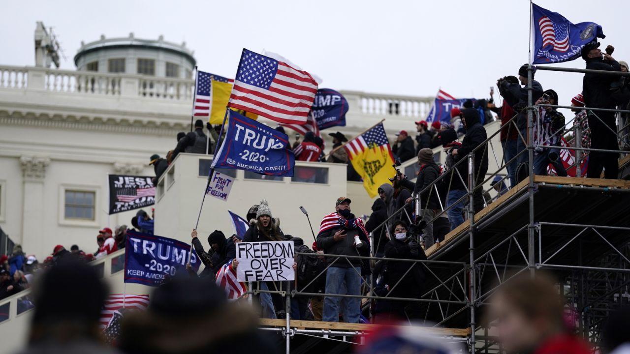 Do gmachu Kongresu wtargnęła grupa zwolenników Donalda Trumpa (fot. PAP/EPA)