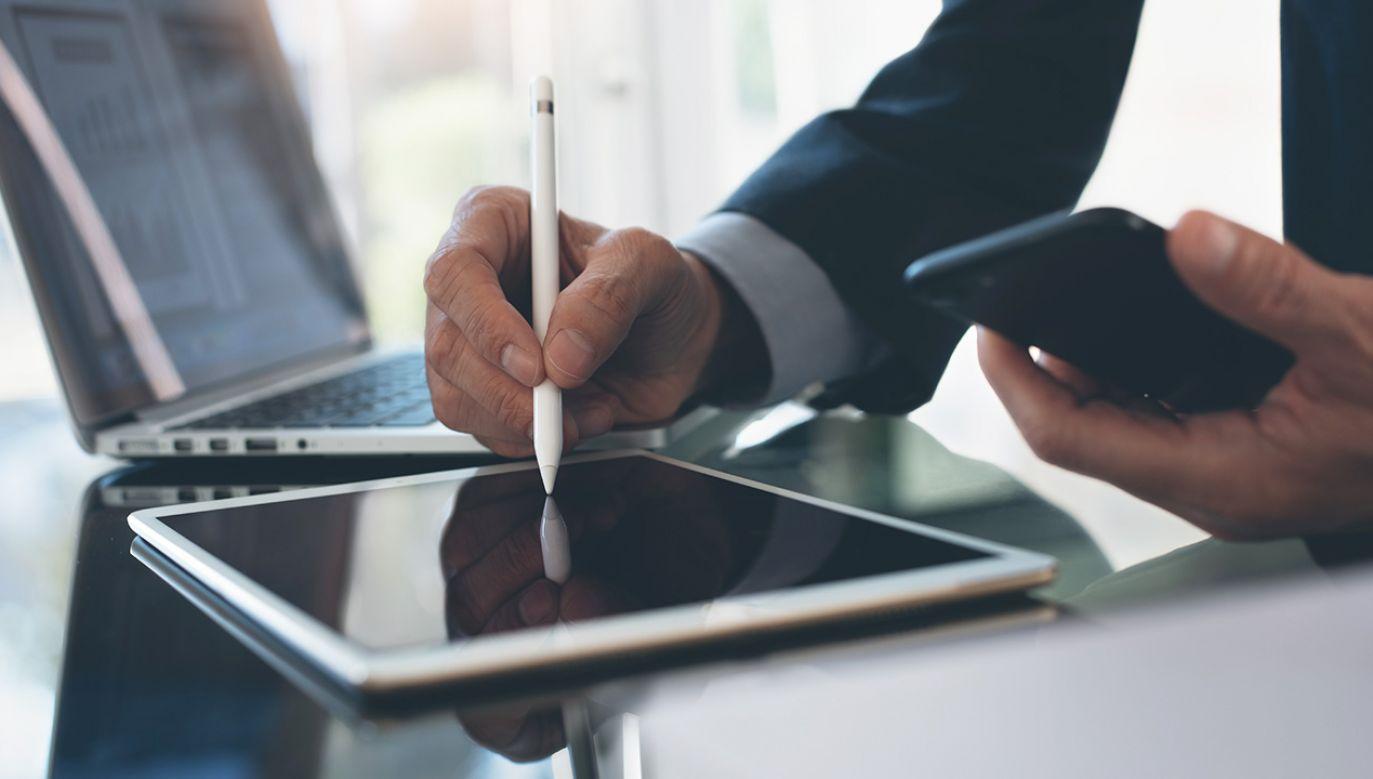 Według prognoz w 2023 roku globalny rynek podpisów elektronicznych będzie wart 5,5 mld dolarów (fot. Shutterstock/TippaPatt)