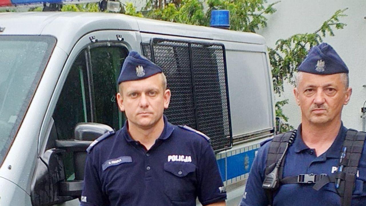 Policjanci eskortowali nastolatkę potrzebującą pomocy (fot. Policja)