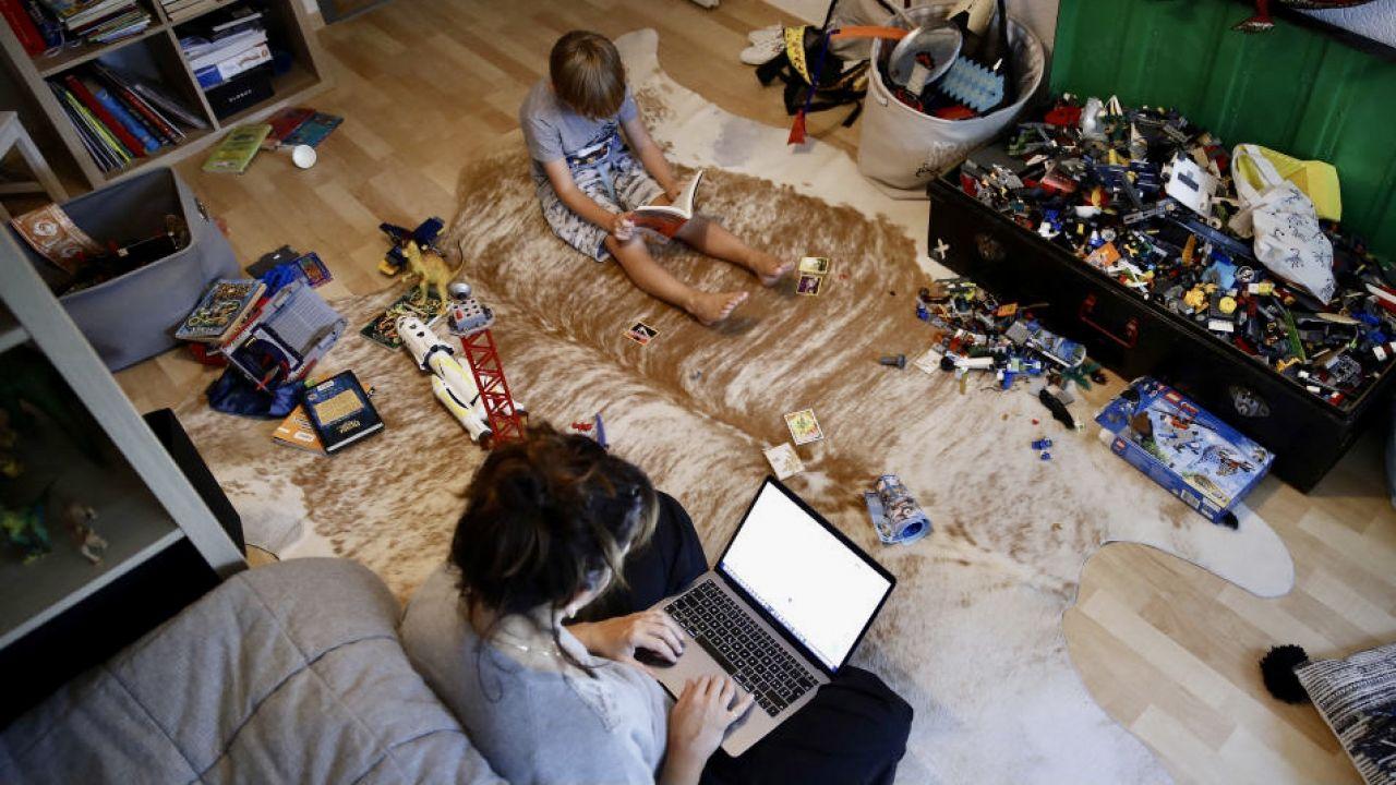 W przypadku pracy zdalnej wszystko mamy w bliskim zasięgu, większość osób siedzi przy komputerze non stop (fot. S.Wermuth/Bloomberg/Getty Images, zdjęcie ilustracyjne)