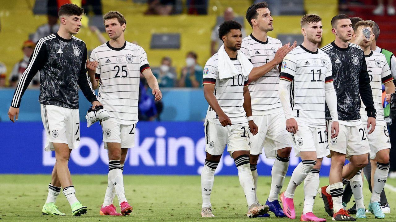 Niemcy stracili gola po samobójczym trafieniu Matsa Hummelsa (fot. PAP/EPA/Kai Pfaffenbach)