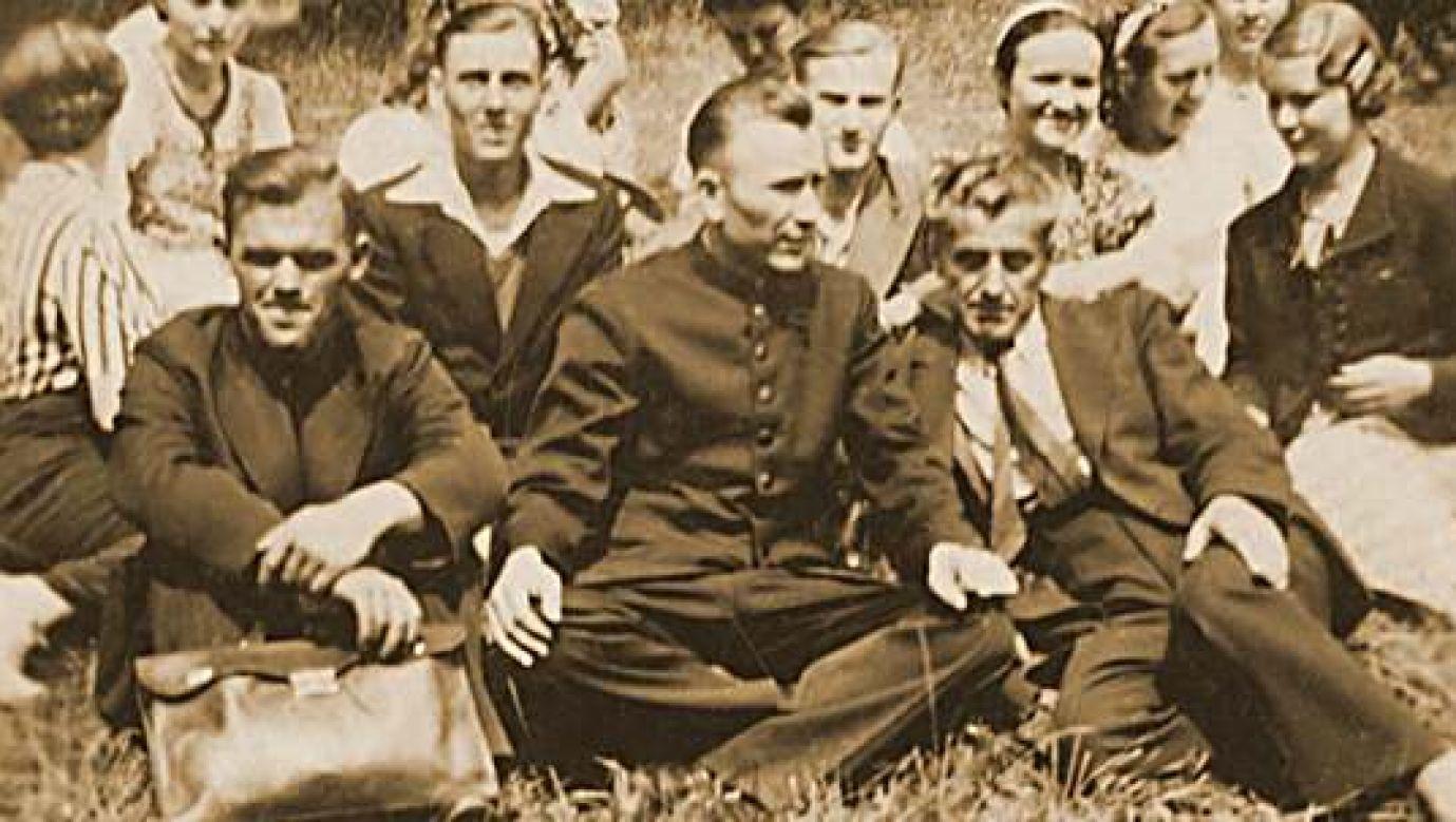 Rok 1940. Milcząca pielgrzymka do Piekar. Ks. Jan Macha (w środku) z pielgrzymami. Fot. https://ksmacha.pl