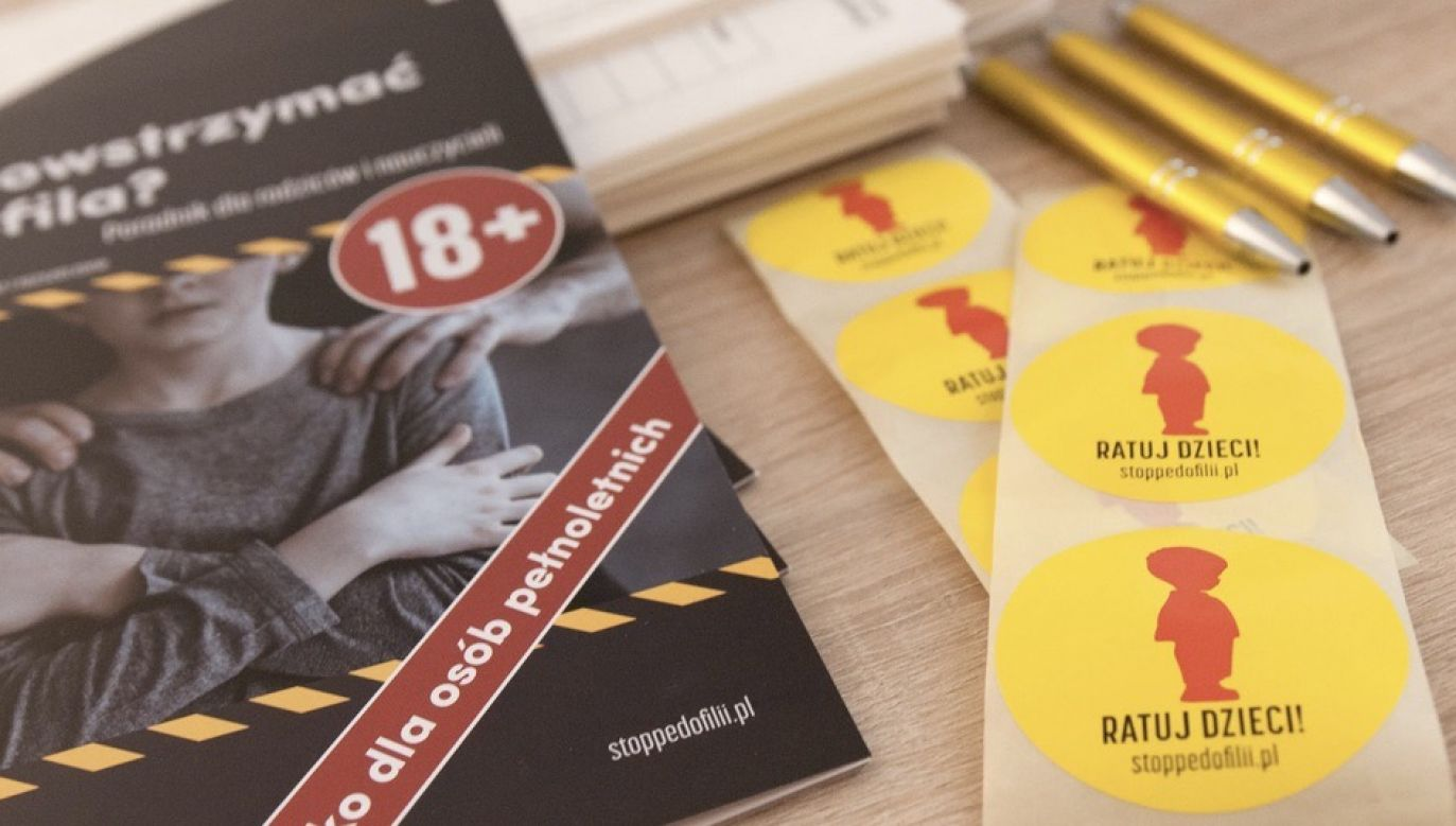 Policja zabezpiecza uszkodzony baner Fundacji Pro – prawo do życia w Poznaniu, żeby nie spadł na ulicę  (fot. Materiały prasowe)