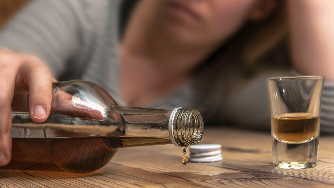Wyraźny wzrost konsumpcji alkoholu widać wśród młodych Polek mieszkających w dużych miastach (fot. Shutterstock/ andrekoehn)