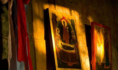W kościołach zachodnich  malarstwo jest bardziej realistyczne, natomiast ikona to malarstwo abstrakcyjne. Nie ma tu zachowanych proporcji, bo chodzi o symboliczną treść. Ona ma nas zaprowadzić na wyższe stany duchowości – mówi ks. Jan Pipka. Fot. Wacław S. Bugno