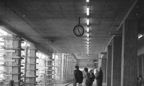 Podróżni oczekujący na improwizowanym dworcu, pełniącym funkcje Dworca Centralnego przed ukończeniem budowy. Maj 1974. Fot. NAC, Archiwum Grażyny Rutowskiej. Sygnatura: 40-W-89-26