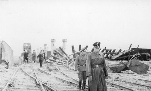 6 września 1939 r. Gauleiter Albert Forster (na pierwszym planie) ogląda wysadzony przez polskie wojsko most kolejowy na Wiśle. Fot. NAC/ Sonnke Foto Gdańsk