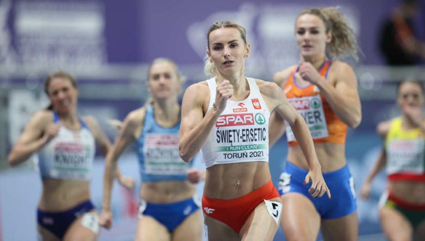 Justyna Święty-Ersetic (C) w półfinale biegu na 400m kobiet podczas lHME w Toruniu (fot. PAP/Leszek Szymański)