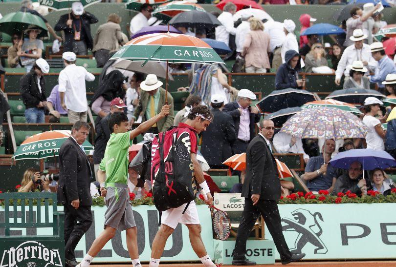 Mecz był przerwany na kilkadziesiąt minut z powodu deszczu (fot. PAP/EPA)