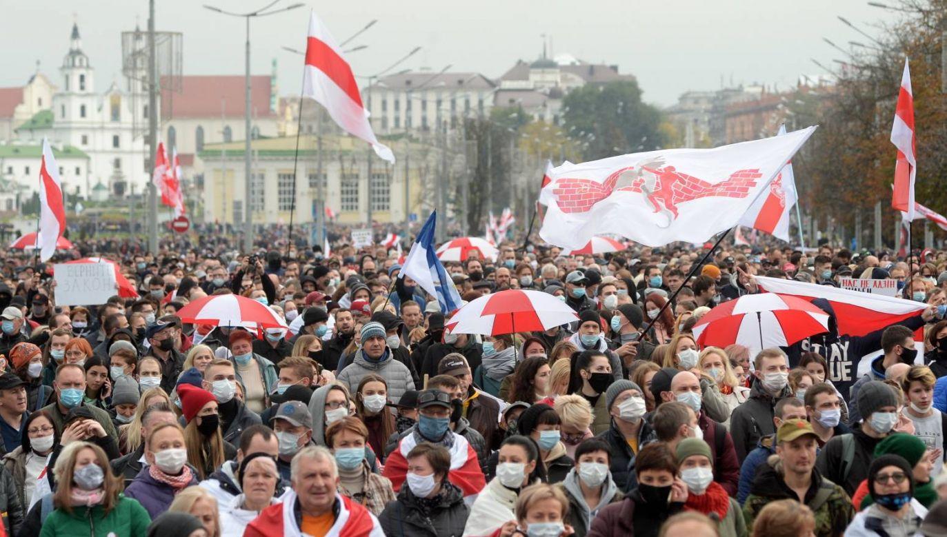 W demonstracji w Mińsku uczestniczyło około 100 tys. osób (fot. PAP/EPA/STR)