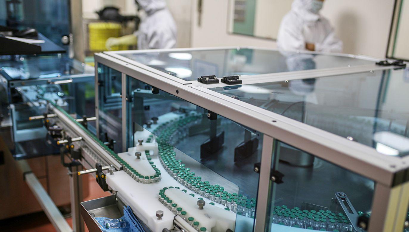 Alarm w walijskiej fabryce szczepionek AstraZeneca przeciw Covid-19 (fot. Dhiraj Singh/Bloomberg via Getty Images, zdj. ilustracyjne)