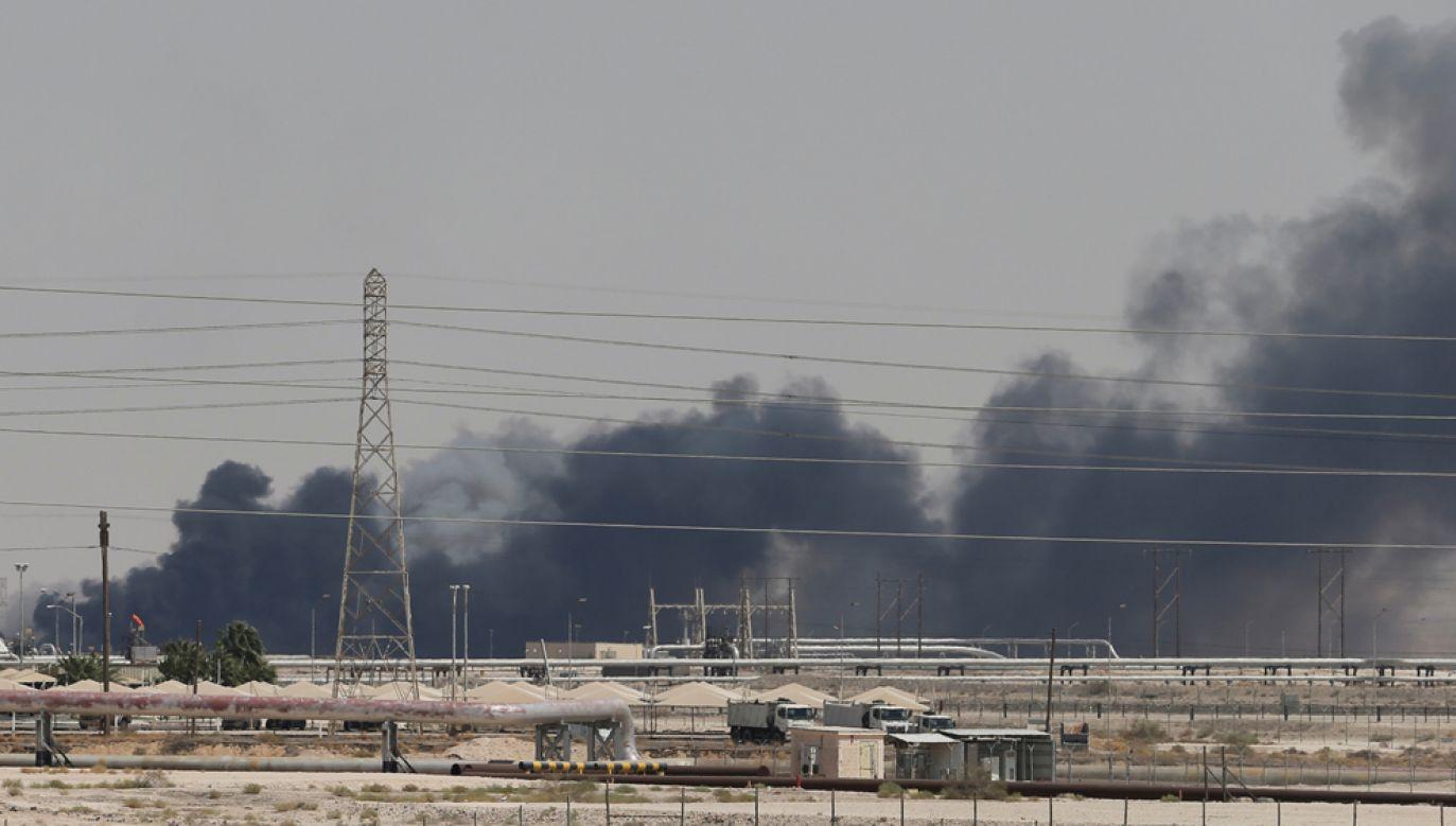 Dym unoszący się nad rafinerią należącą do koncernu ARAMCO po ataku dronów (fot. REUTERS/Stringer/Hamad I Mohammed)
