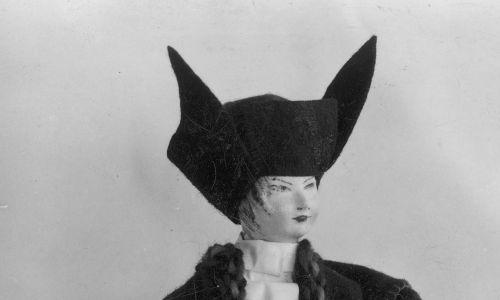 Lalka w stroju huculskim zaprojektowana przez Stefanię Łazarską, wystawiona w polskim pawilonie podczas Wystawy Światowej w Nowym Jorku, maj 1939 r. Fot. NAC/IKC, sygn. 1-M-654-66