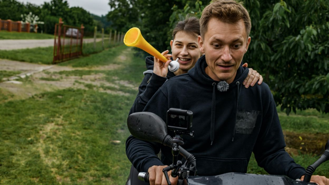 Maciej cierpliwie uczył swoje kandydatki jazdy na skuterze (fot. TVP)