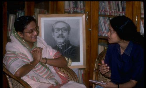 Szejch Hasina Wazid (po prawej), córka Mudżibura Rahmana, pierwszego prezydenta Bangladeszu, na tle jego zdjęcia udzielu wywiadu Anicie Pratap podczas kampanii wyborczej w 1991 r. Fot. Robert Nickelsberg / The LIFE Images Collection via Getty Images / Getty Images