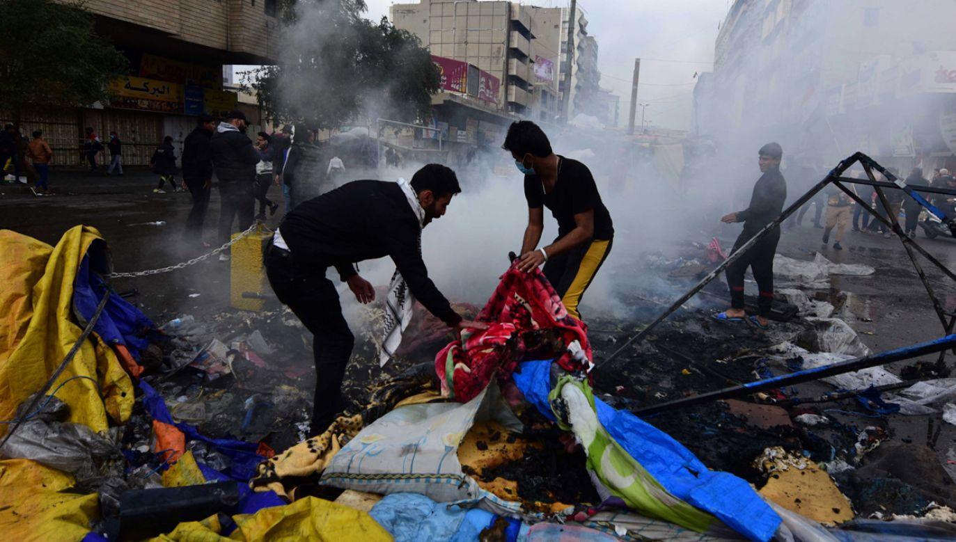 Policja podpalała namioty, w których urządzono prowizoryczne ośrodki pomocy medycznej dla rannych demonstrantów (fot. PAP/EPA/MURTAJA LATEEF)