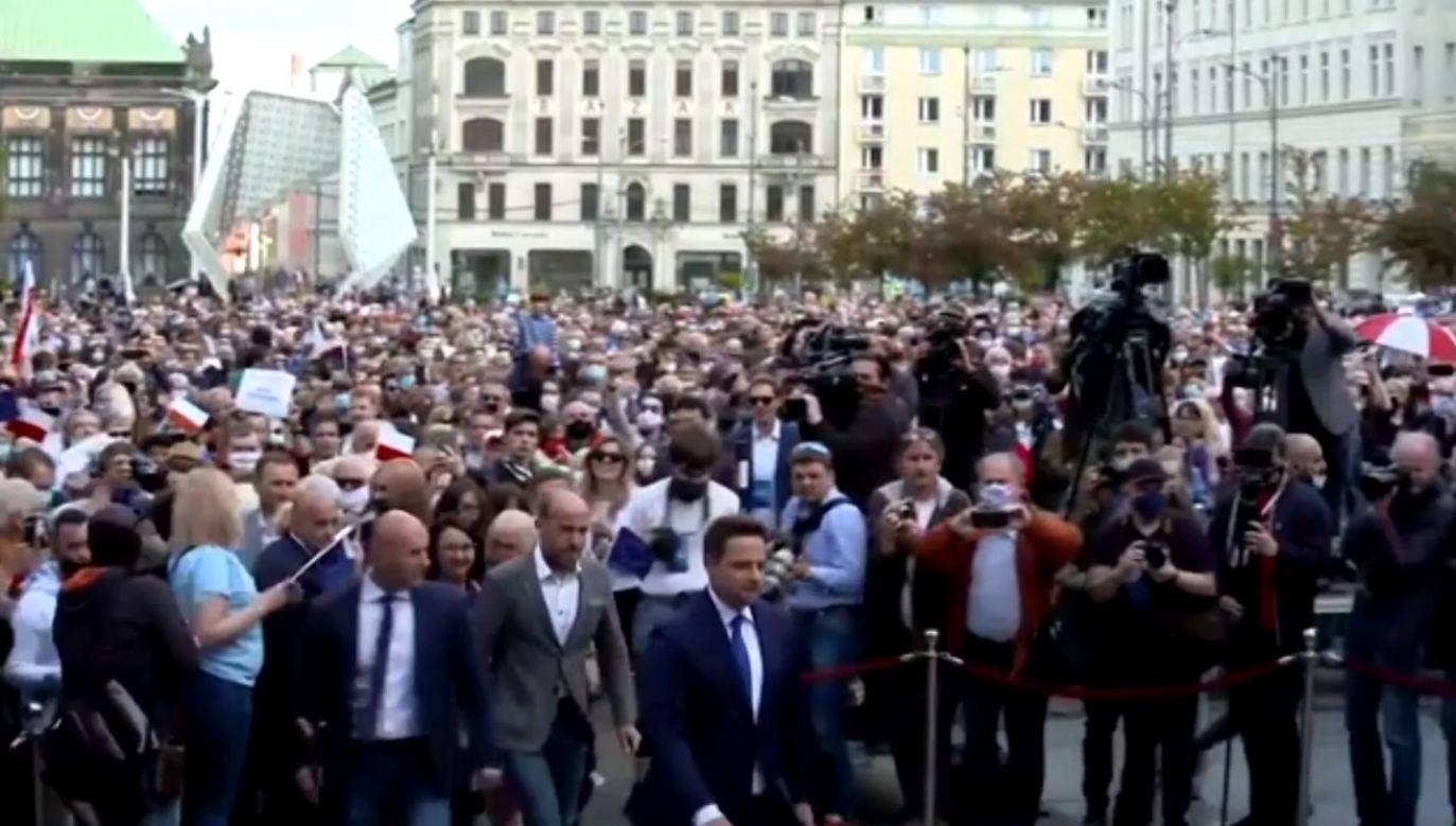 Przywódcy KO mówili o śmiertelnym zagrożeniu na kopertach, dziś organizują wiece na setki osób (fot. facebook.com/PlatformaObywatelska)