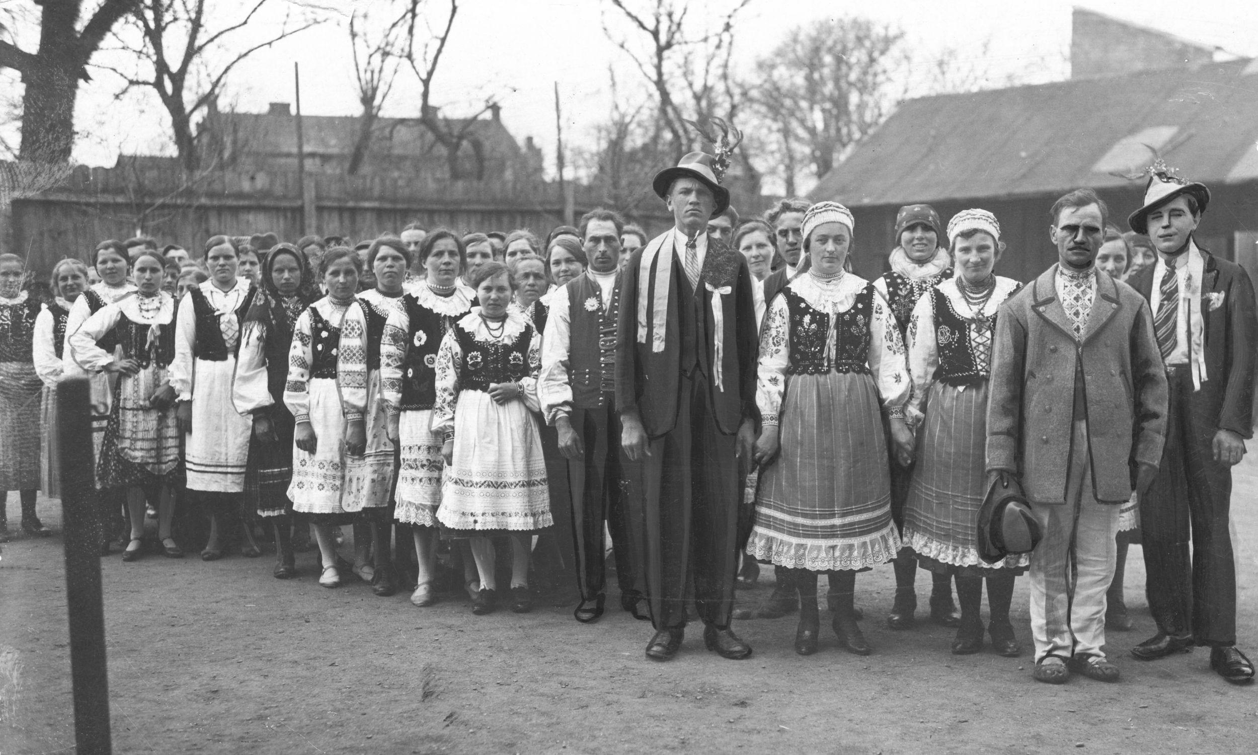 Delegacja Łemków przybyła w 1933 roku na uroczystości święta 3 maja w Gorlicach. Fot. NAC