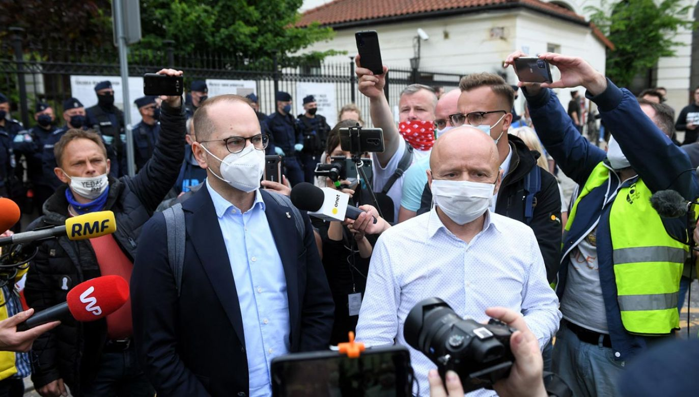 SokzBuraka znów publikuje fake newsy. Michał Szczerba (z lewej) unika komentarza (fot. PAP/Radek Pietruszka)